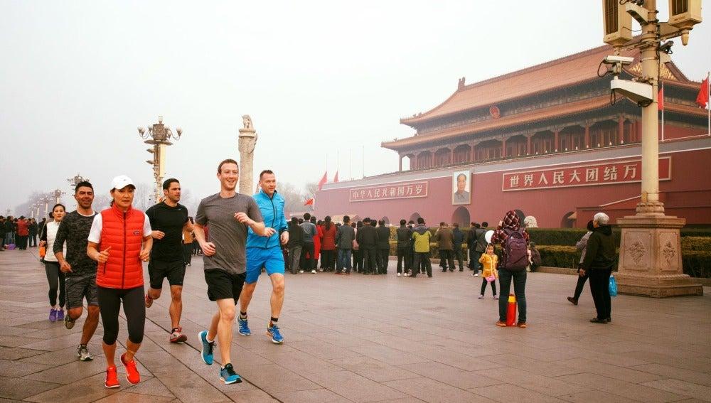 Imagen de la polémica de Mark Zuckerberg corriendo por el centro de Pekín