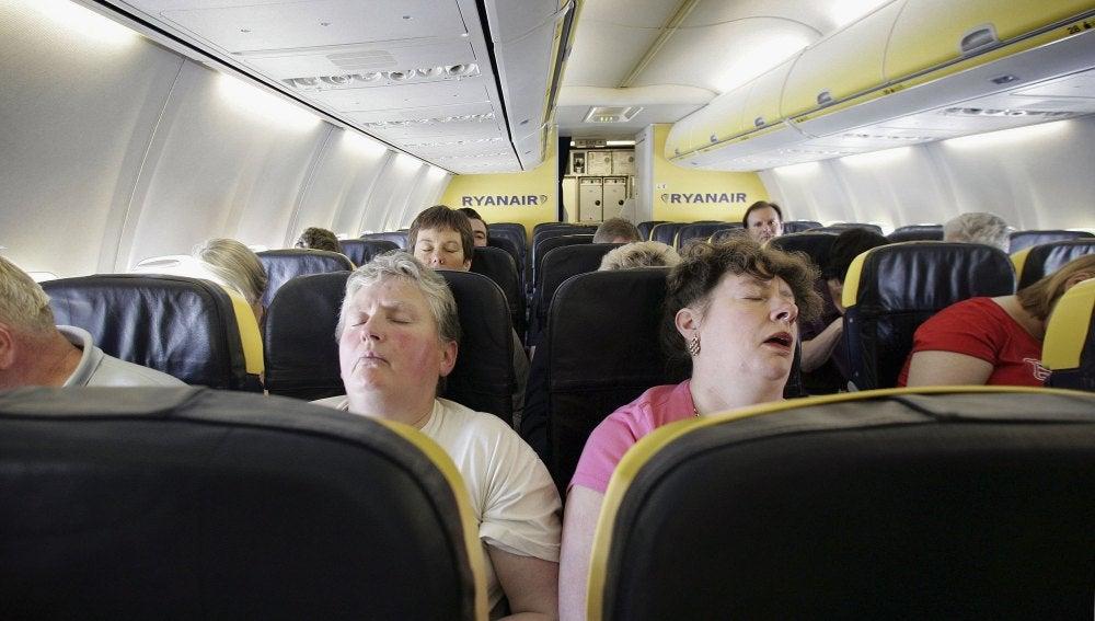 Dos pasajeros durmiendo en un viaje de avión