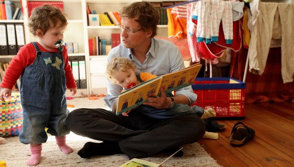 Un padre cuidando de sus hijos
