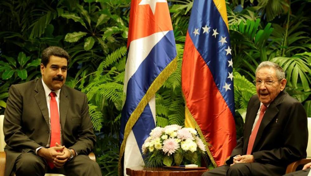 Raúl Castro junto a Nicolás Maduro