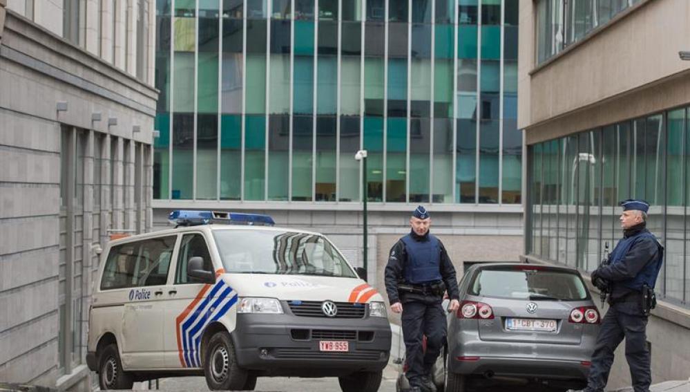 Un vehículo de la policía bloqueando una calle cerca de la oficina de la policía federal en Bruselas