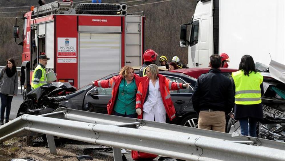 Los servicios de emergencia trabajan en el lugar del accidente