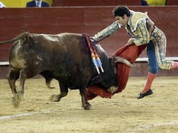 El torero Cayetano Rivera, durante la faena a su segundo toro.