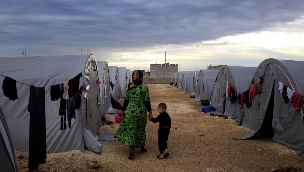 Una madre y su hijo en un campo de refugiados
