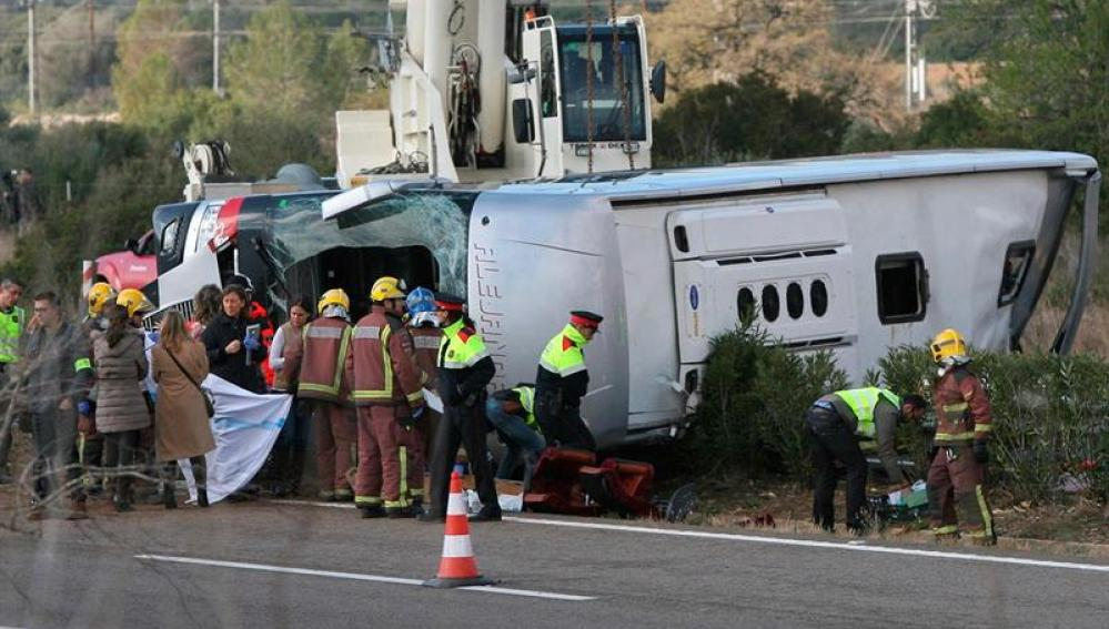 Mueren al menos 13 universitarias al chocar un autocar y un coche en Tarragona