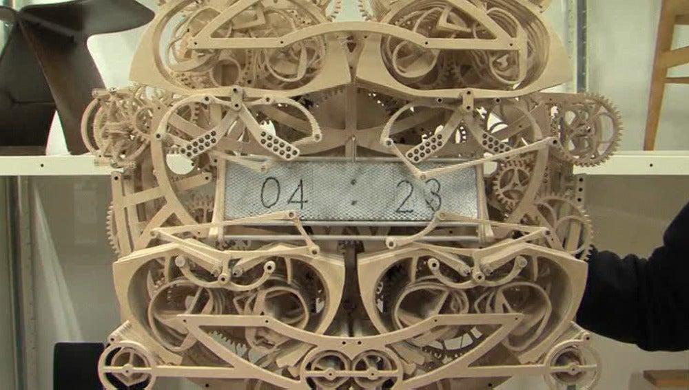 Un japonés crea un reloj que funciona sólo con piezas de madera
