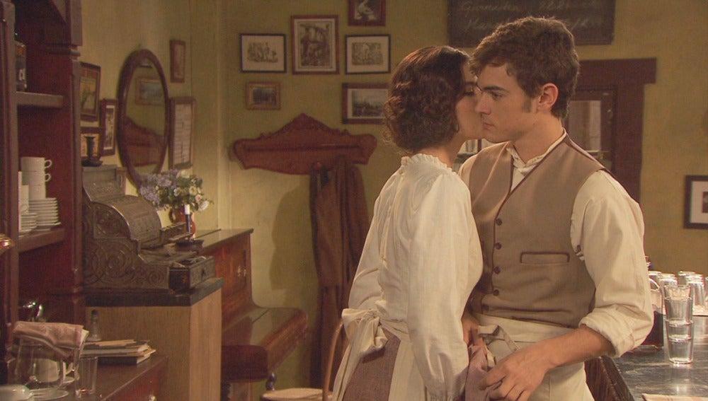 Rafaela besando a Matías