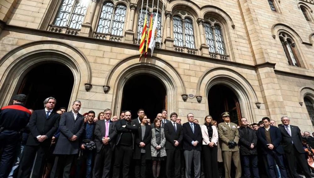 Silencio en homenaje a las víctimas del autobús accidentado en Tarragona