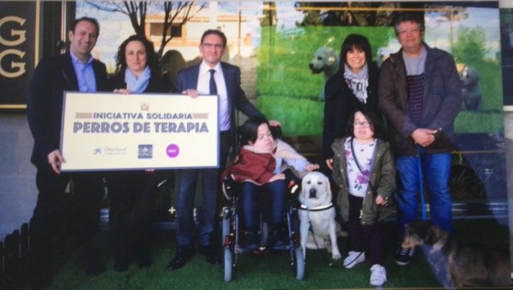 Una de las familias recibe su perro de terapia