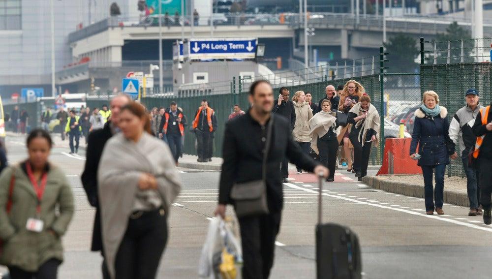 Pasajeros abandonan el aeropuerto