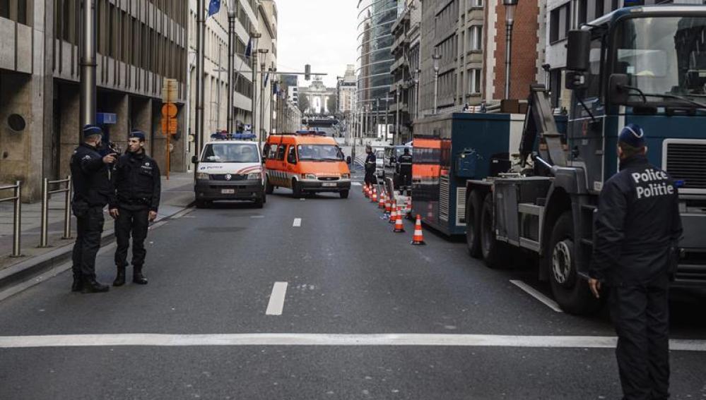 Fuerzas de seguridad en atentado terrorista en la parada de metro de Maelbeek en Bruselas