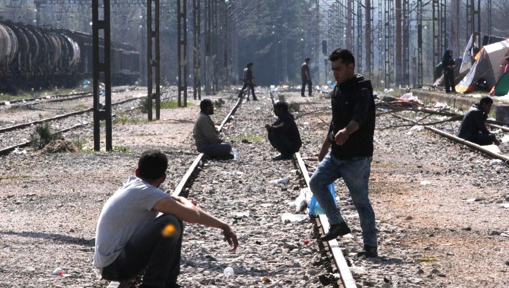 Refugiados en el campamento de Idomeni junto a las vías del tren