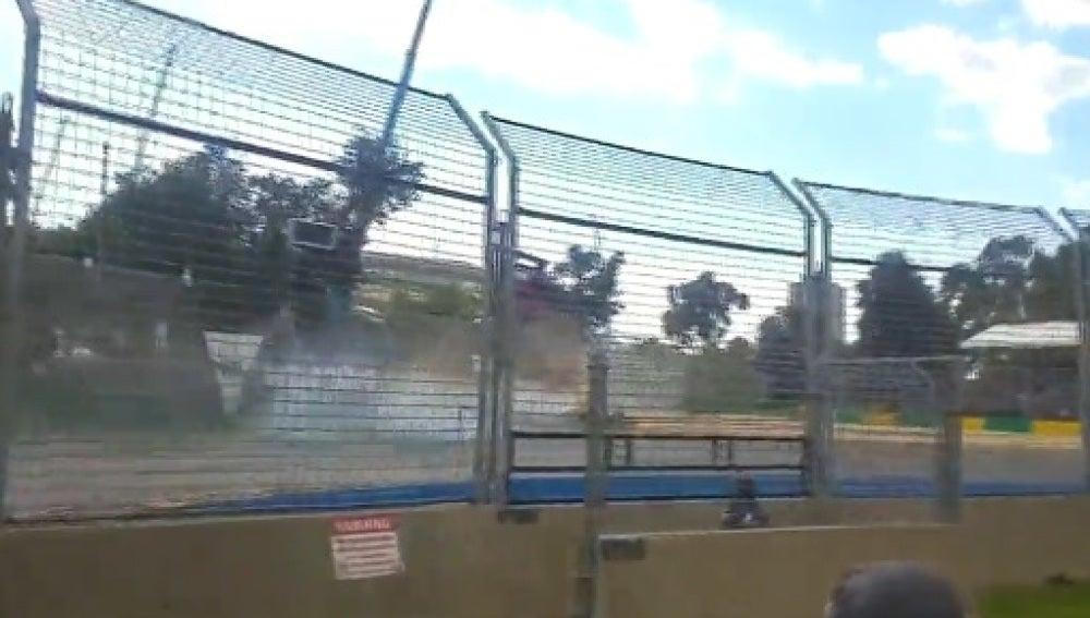Accidente de Alonso desde la grada de Albert Park