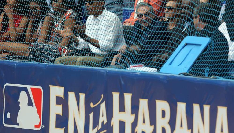 Barack Obama y Raúl Castro, en un partido de béisbol en Cuba