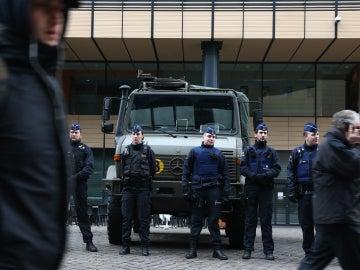 Policía belga vigila el perímetro