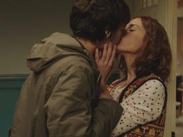 Carol besa a Adela