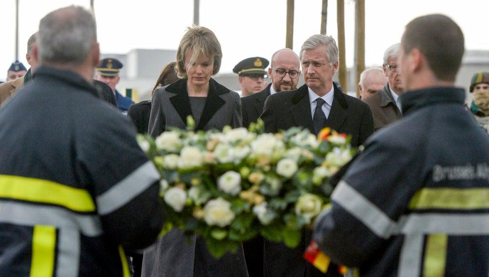 Los reyes belgas depositan una corona por las víctimas