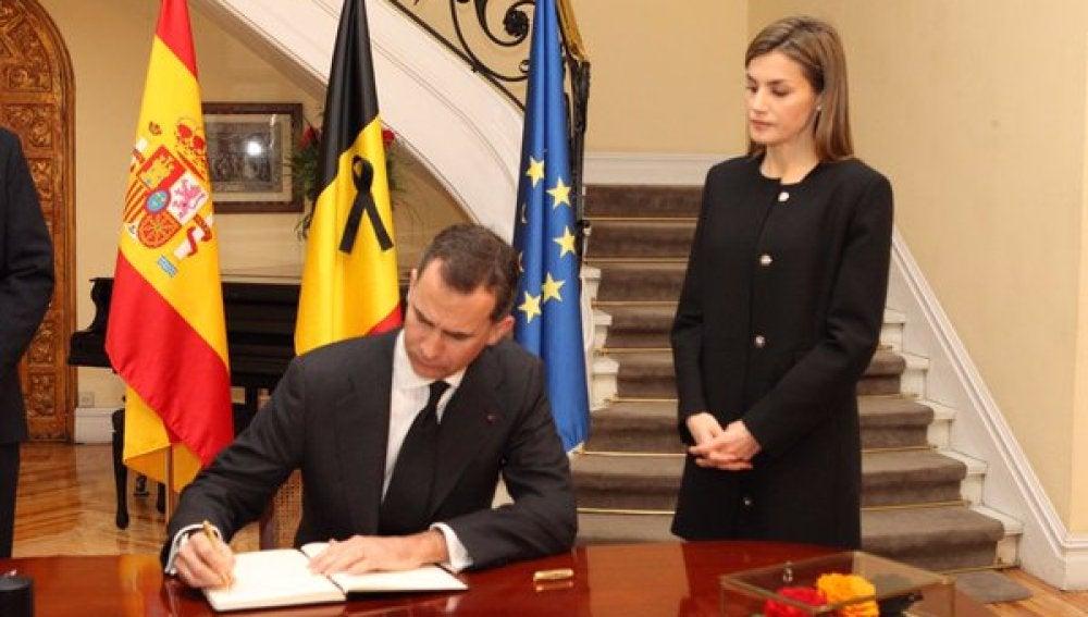 Felipe VI escribe su mensaje de apoyo tras los atentados en Bruselas