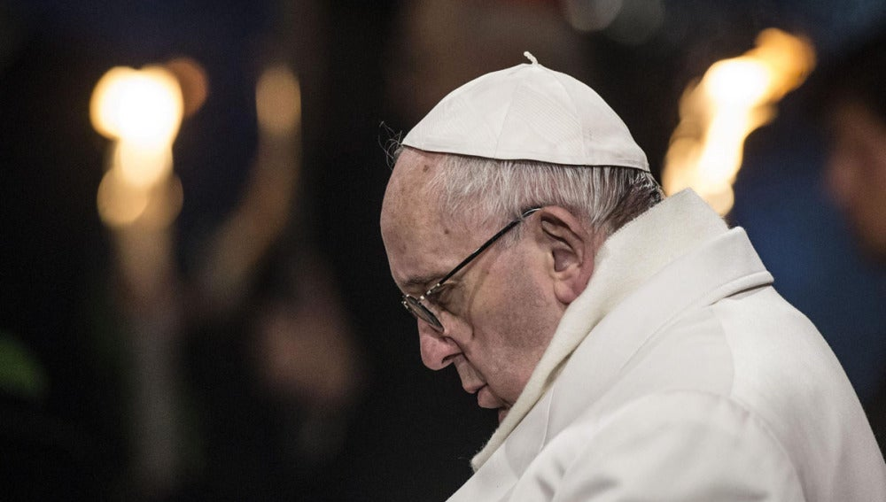 El Papa Francisco durante el Via Crucis