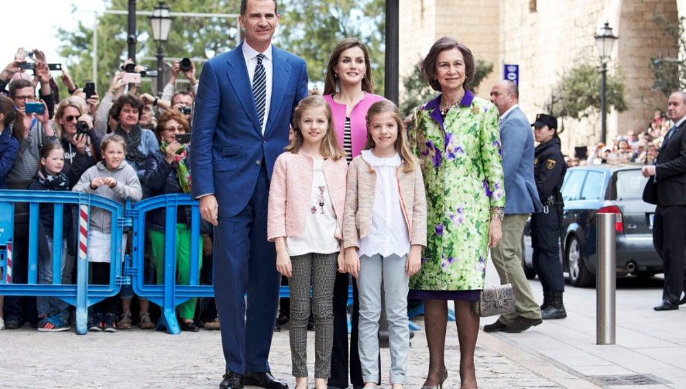 Los Reyes, sus hijas y la Reina Sofía