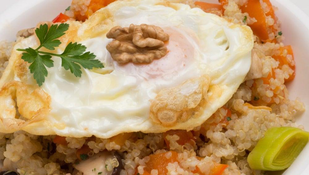 Quinoa con verduras y huevo frito