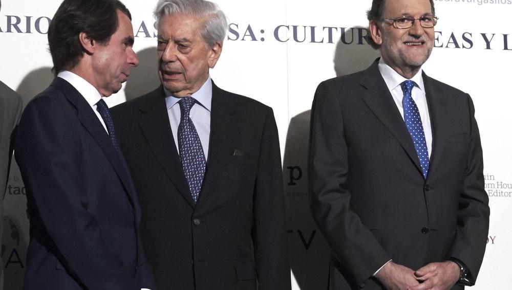 José María Aznar conversa con Mario Vargas Llosa en presencia de Mariano Rajoy