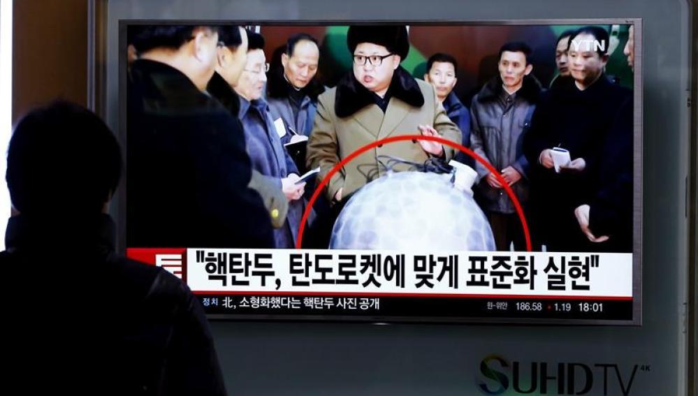 Surcoreano observa la televisión donde se ve al líder de Corea del Norte, Kim Jong-un