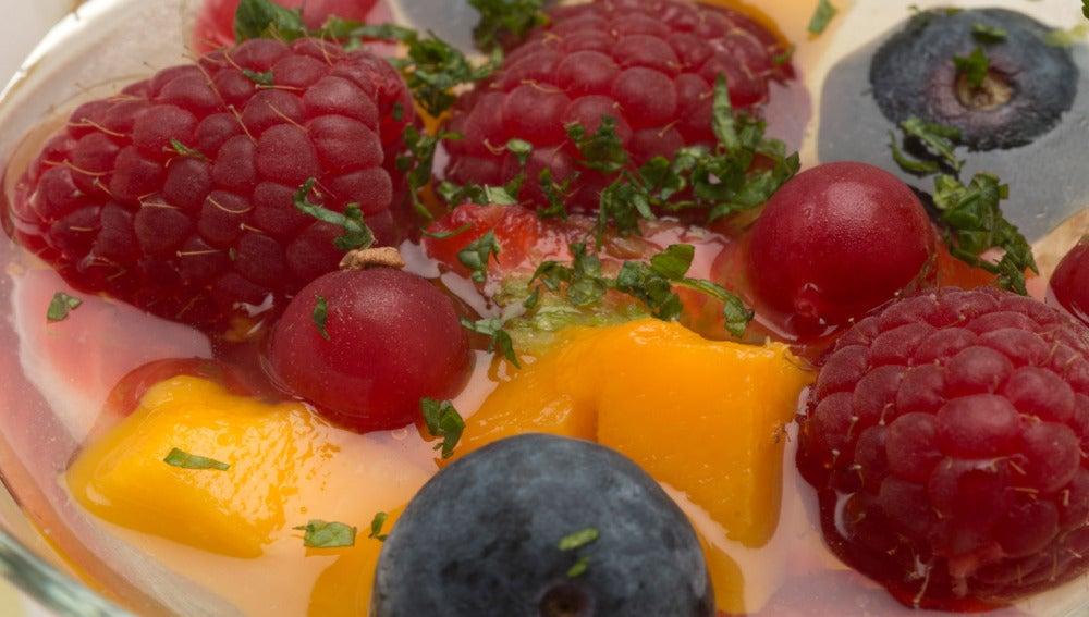 Gelatina con mango y frutas rojas
