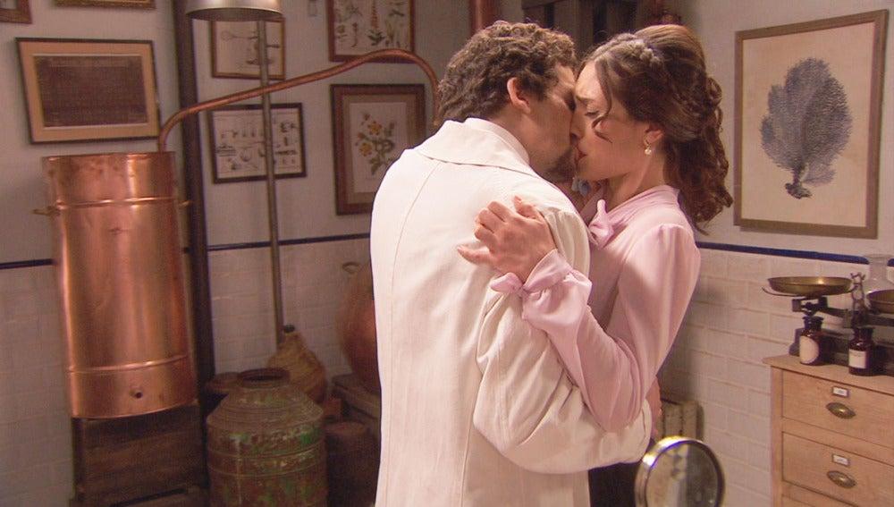 Elías y Camila besándose