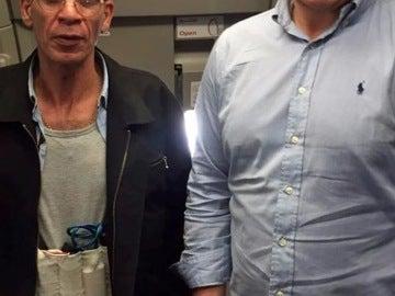 Ben Innes junto al secuestrador del avión de EgyptAir