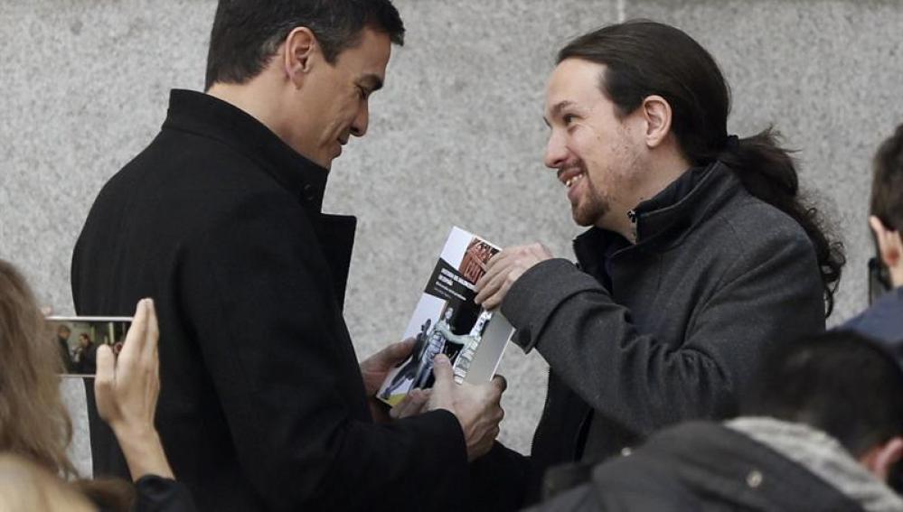Pablo Iglesias regala un libro a Sánchez