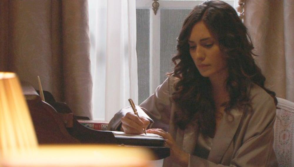 Camila escribiendo