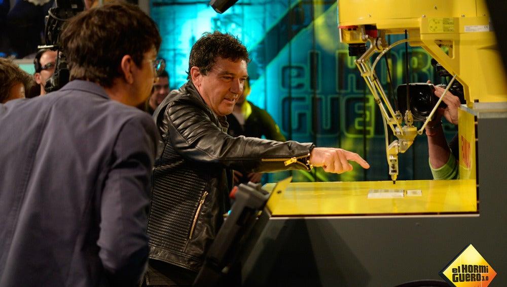 Marron sorprende a Antonio Banderas con lo último en tecnología robótica