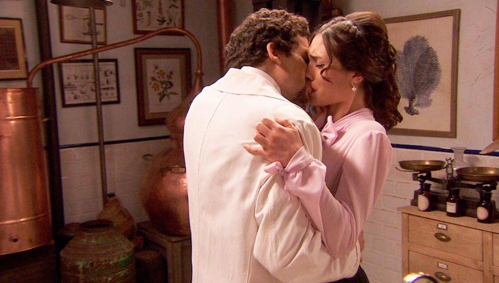 Beso Elías y Camila