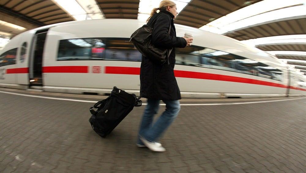 Pasajera en una estación de tren alemana