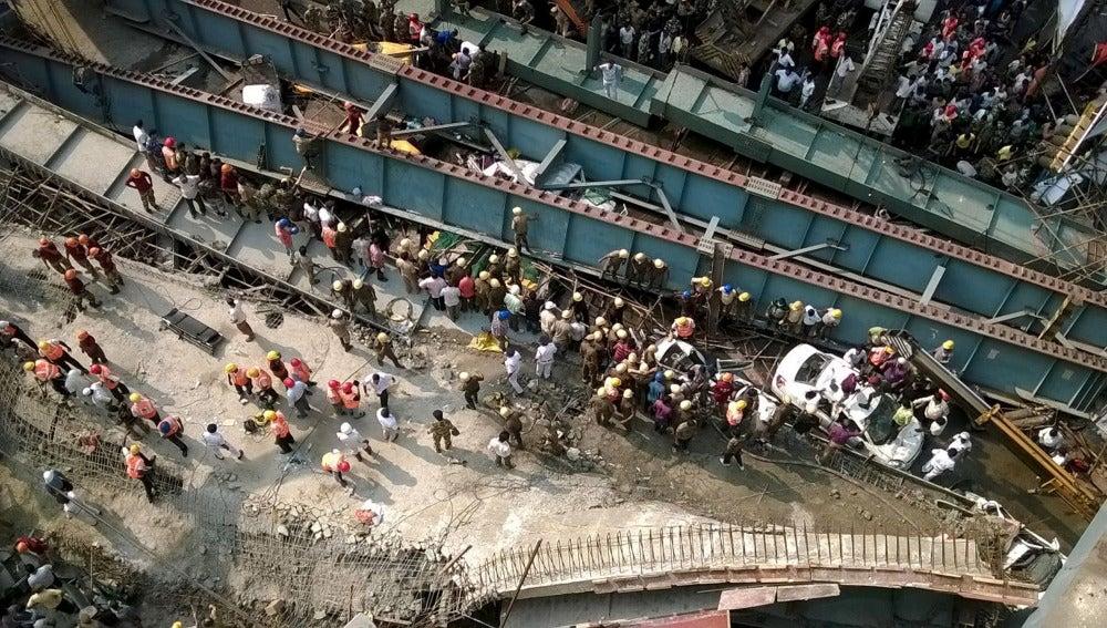 Centenares de personas se han desplazado hasta el lugar para ayudar en el rescate