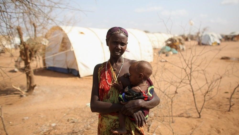 Una mujer da el pecho a su hijo en Somalia