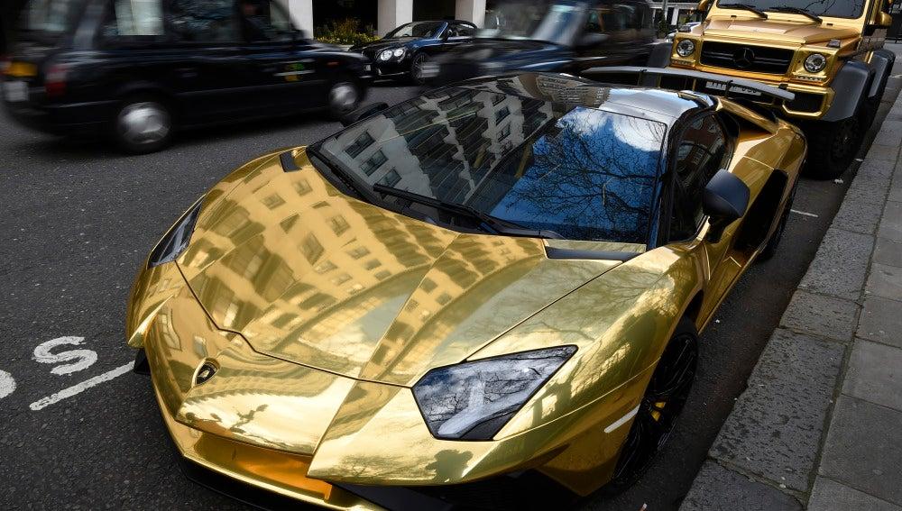 Coches bañados de oro pertenecientes a un magnate saudí