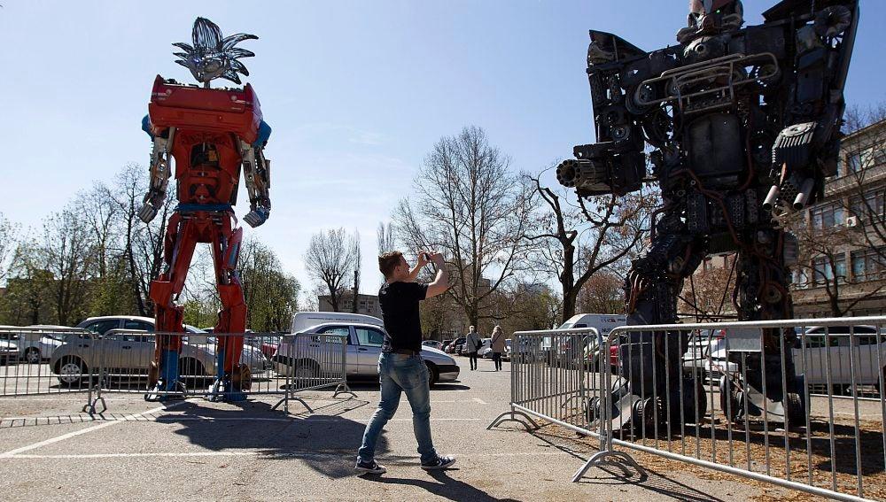 Enormes Transformers de coches-basura reciclados impresionan en Zagreb