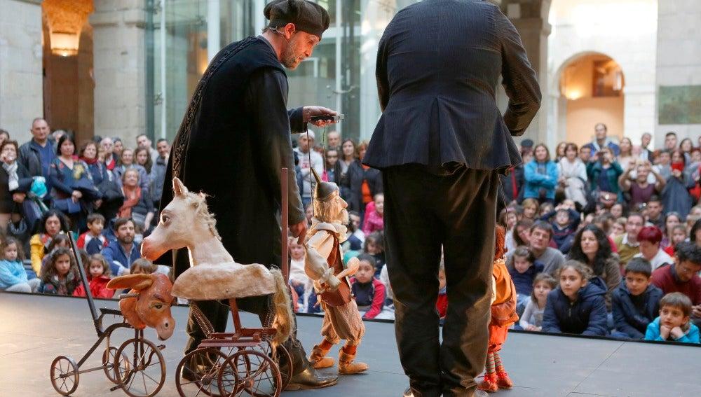 Un espectáculo de títeres representa El Quijote durante la presentación de la Noche de los Teatros