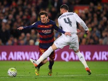 Choque entre Sergio Ramos y Leo Messi.
