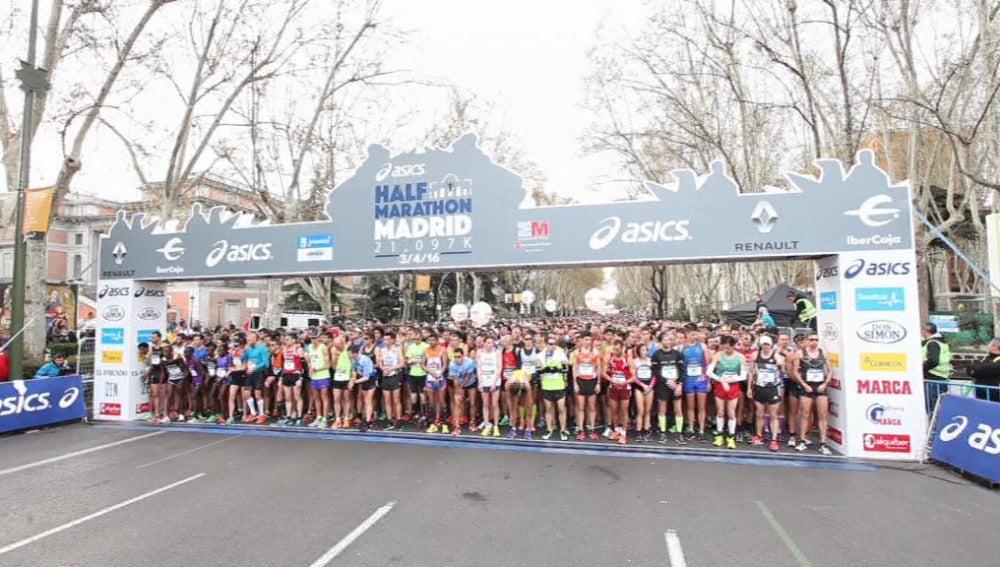 Los participantes de la Media Maratón de Madrid a punto de salir de meta