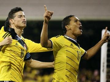 James y Bacca celebran un gol con Colombia