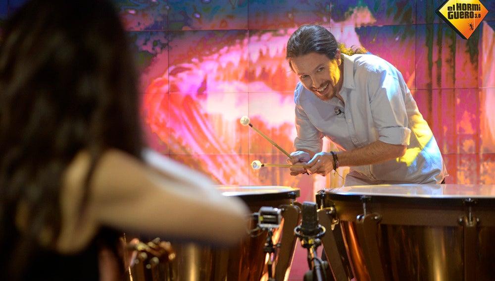 Pablo Iglesias toca la melodía de 'Juego de Tronos' en directo