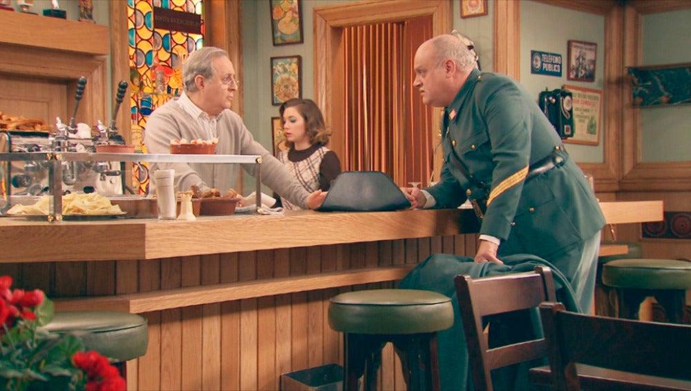 El sargento Perona interrogando