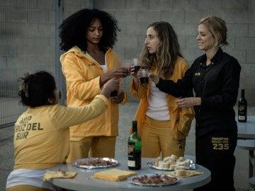 Antonia, Rizos, Tere y Maca brindan con vino