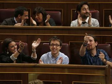 Irene Montero, Iñigo Errejón, y Pablo Iglesias aplauden desde su escaño