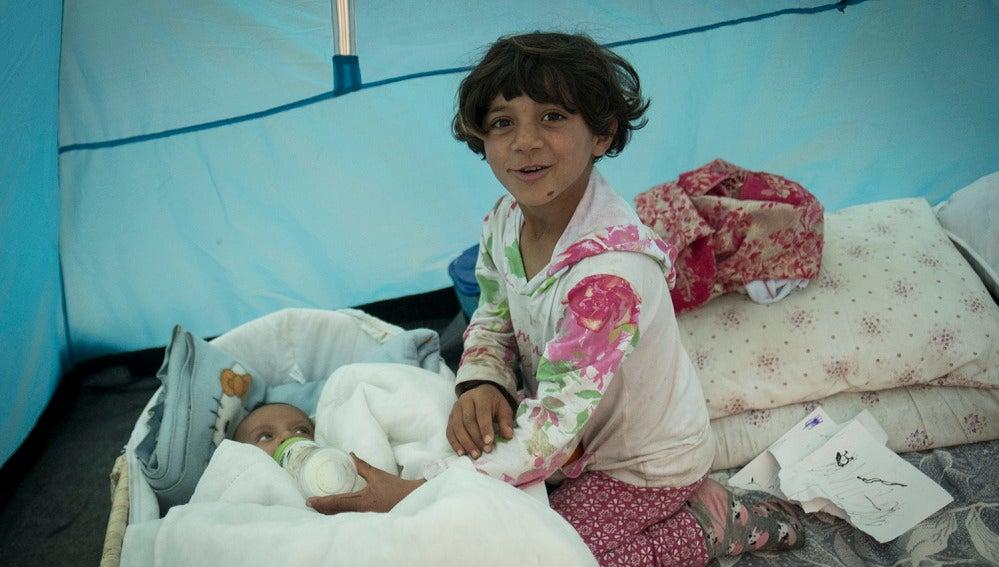 Hala junto a su hermana en su tienda en el campamento de Idomeni