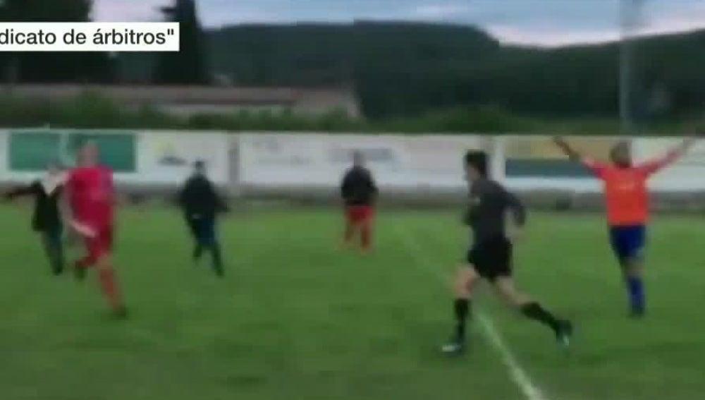 Un árbitro, perseguido por aficionados y jugadores en un partido de Regional