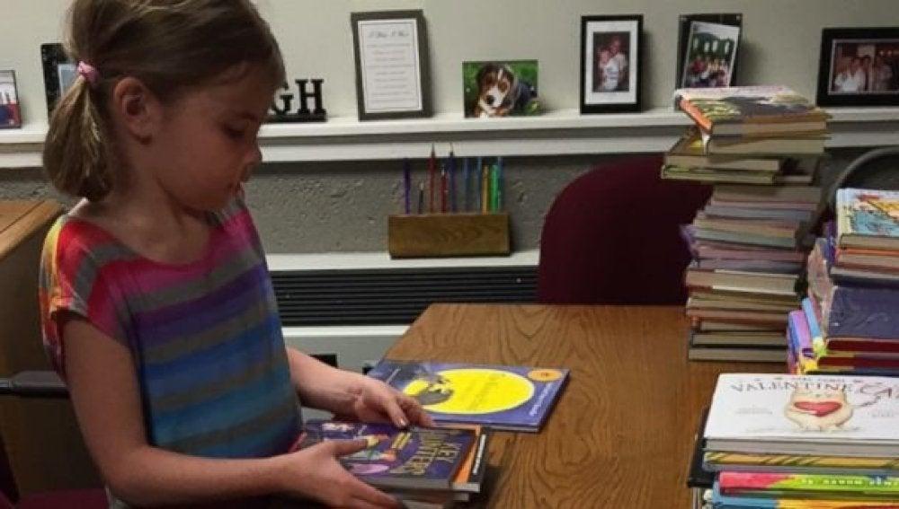 Heidi, feliz con los libros que le han regalado